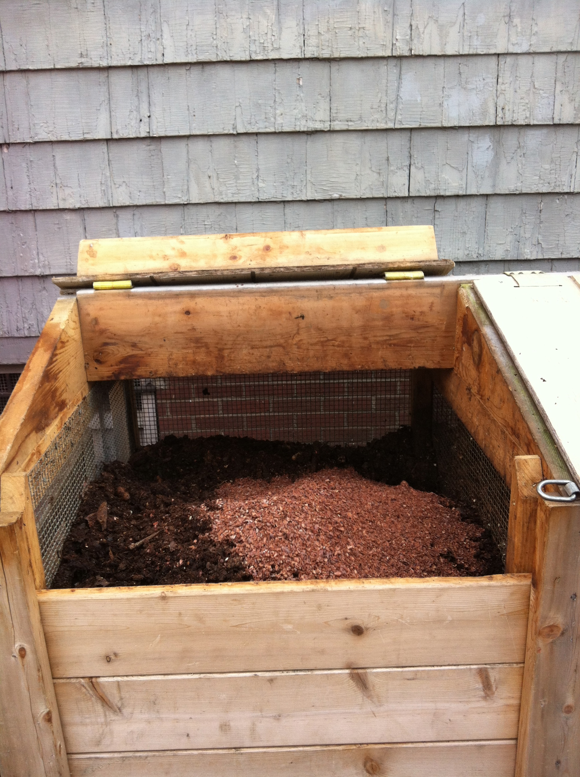 Compost bin with cocoa hulls